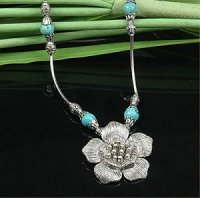 4x zauberhafte Halsketten mit Blütenanhänger