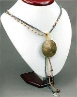 1x wunderschöne Halskette mit trendy Perlmuttanhänger in Kreisform