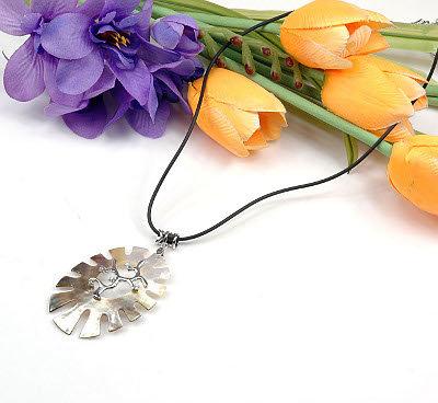 1 x traumhafte Halskette mit Perlmutt und Zirkonia