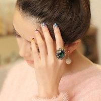 Ring mit rubinrotem ovalen Kopf