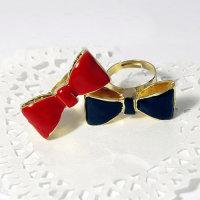 Ring mit Schleife  in schwarz und rot wahlweise sortiert.