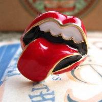 Ring mit lodernden Lippen und Zunge
