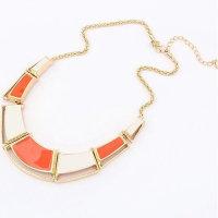 Halskette mit unterschiedlichen geometrischen Elementen