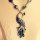 Exklusive Halskette mit einem Pfau-Anhänger und Steine verziert