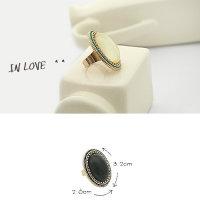 Ring mit schwarzem ovalem Kopf